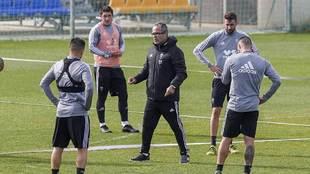 Álvaro Cervera rodeado por sus jugadores en un entrenamiento reciente
