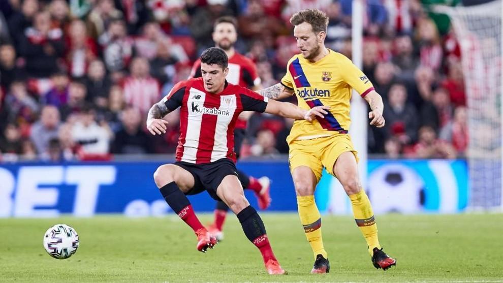 Ander Capa protege el balón ante Rakitic en el partido de Copa del...