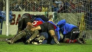 Los jugadores del Mirandés celebran la victoria en Copa ante la Real...