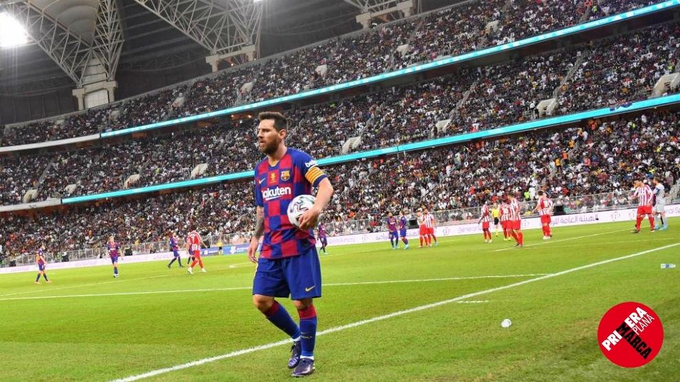 Messi camina con el balón en la pasada Supercopa, disputada en Arabia...
