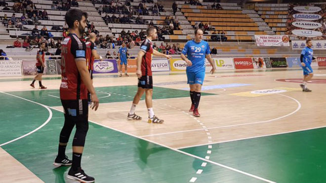 Un momento del partido entre el Huesca y el Sinfn /