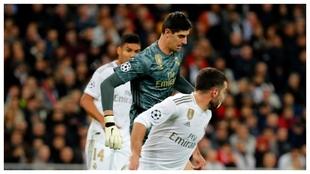 Casemiro, Courtois y Carajal, en un partido en el Bernabéu.
