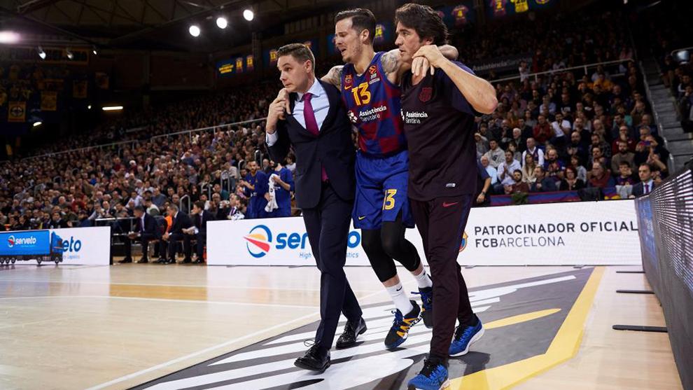 Thomas Heurtel, ayudado por los servicios médicos del Barcelona.