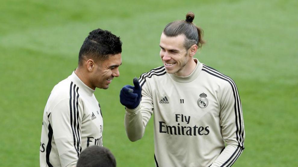 Bale sonríe ante Casemiro en el entrenamiento de hoy en Valdebebas.