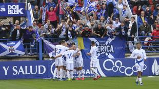 Los jugadores del Tenerife celebran uno de los goles en Almendralejo.