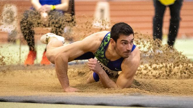 Jorge Ureña cae en el foso durante uno de sus saltos.