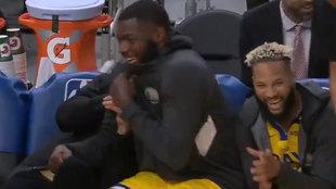 Los jugadores del banquillo de los Warriors se ríen ante el intento...