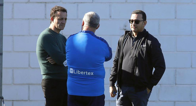 César y Murthy hablando con el doctor Casañ en Paterna.