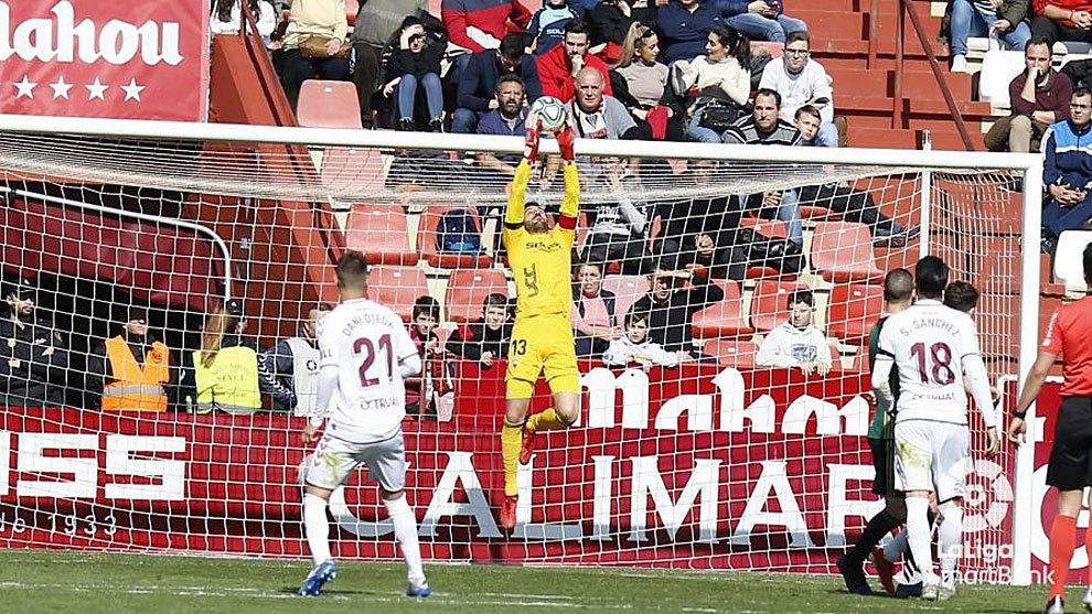 Tomeu Nadal, que cometió el penalti y dio la asistencia del gol, atrapa un balón