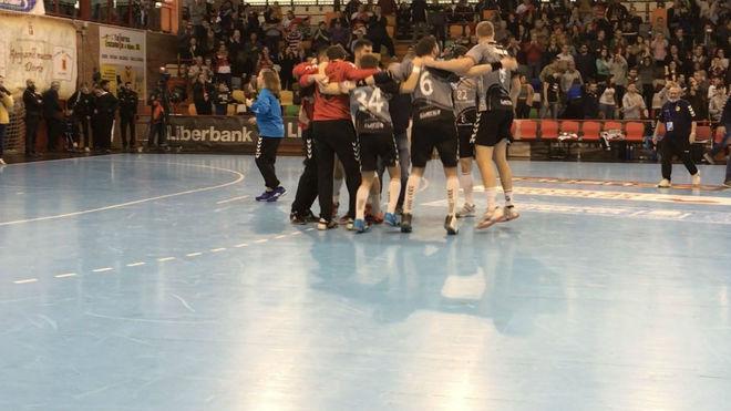 Los jugadores del Cuenca celebran la victoria ante el Holstebro danés...