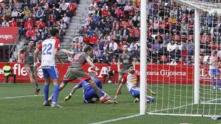Carmona marca el primer gol del partido en El Molinón