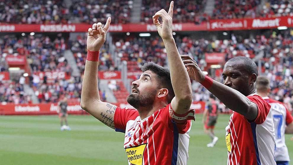 Carmona celebra junto a Babin el primer gol del encuentro en Gijón