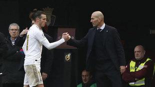 Zidane y Bale se saludan tras el cambio.