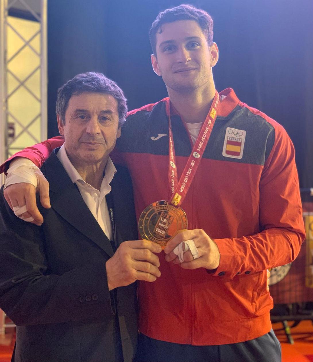Niko junto a su entrenador Quino Ruiz, ya con la medalla colgada al cuello.