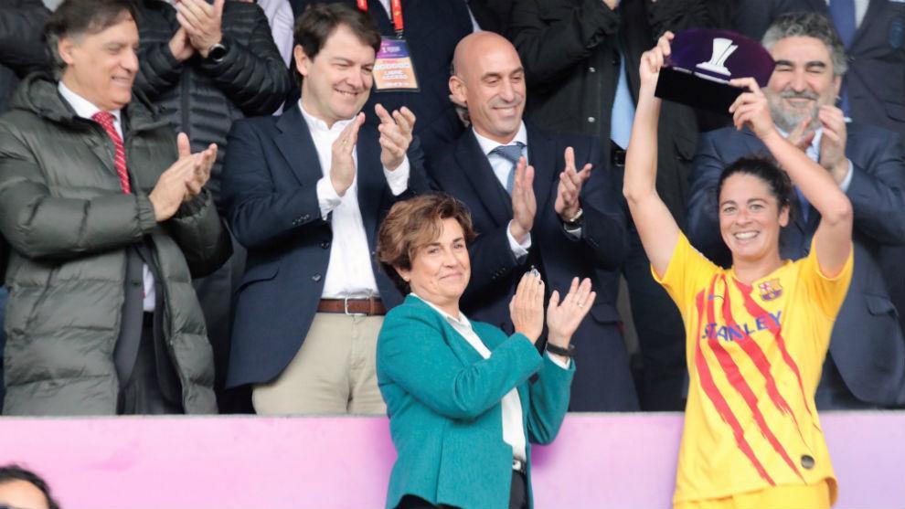 Marta Torrejón recibe el MVP de la final de la Supercopa.