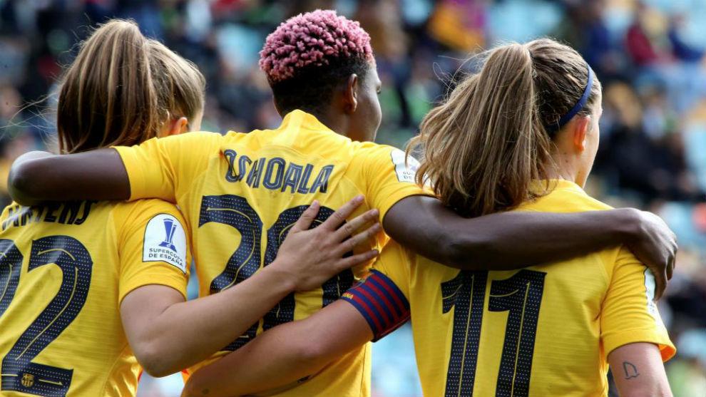 Las jugadoras del Barcelona se abrazan tras marcar un gol a la Real...