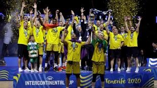 Los jugadores del Iberostar celebran el triunfo en la Copa...