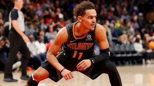 Trae Young celebra una canasta ante los Knicks