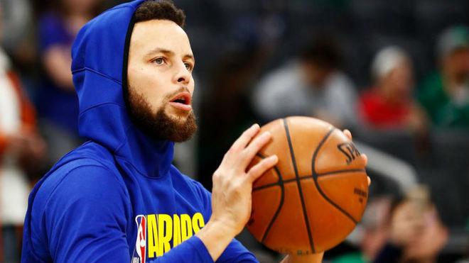 Stephen Curry lanzando a canasta antes de un partido de los Warriors