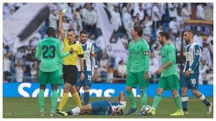Amarilla a Mendy en el partido ante el Espanyol.