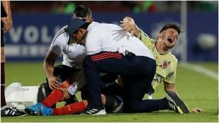 Nico Benedetti se lamenta después de romperse la rodilla contra...