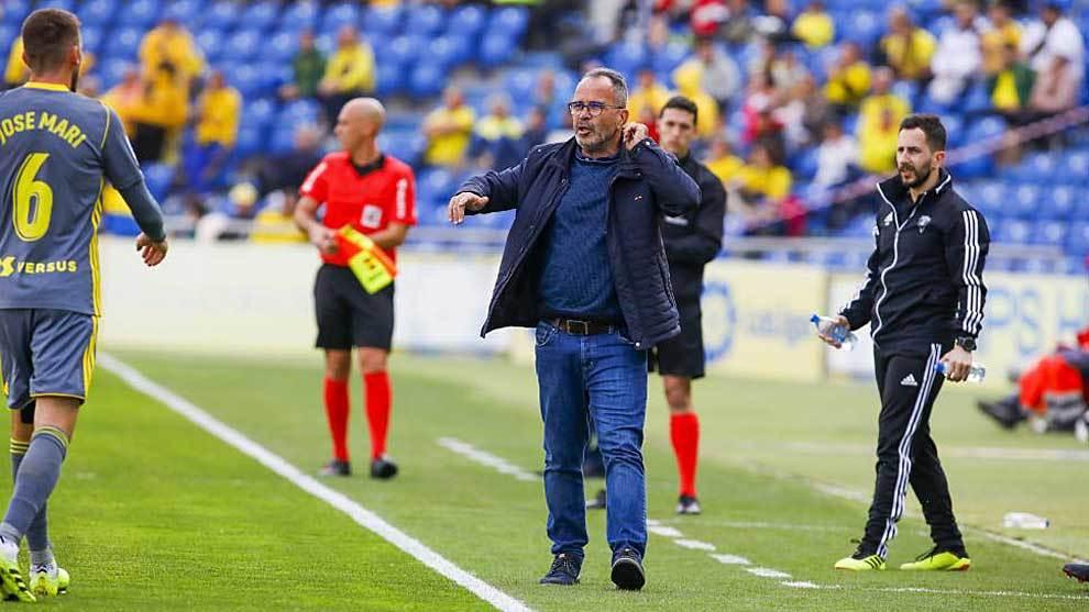 Álvaro Cervera da instrucciones a José Mari durante el partido en...