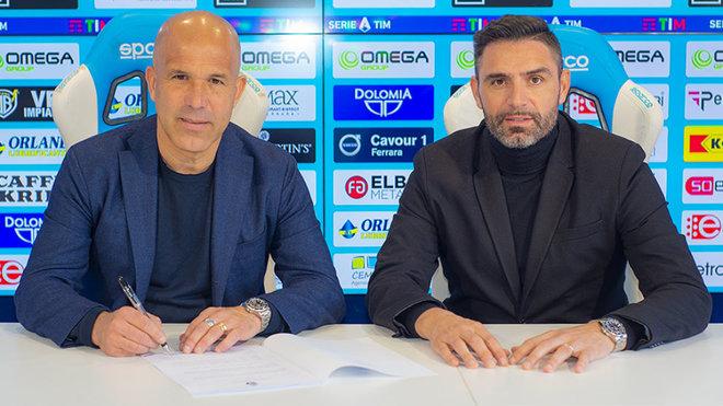 Di Biagio firmando su nuevo contrato como entrenador de la SPAL.