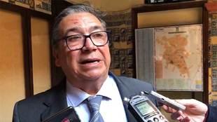 José María Ramírez, alcalde de Almendralejo, atendiendo a los...