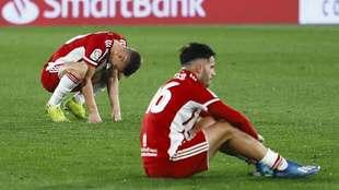 Maras y Lazo se lamentan en el césped tras la derrota del viernes