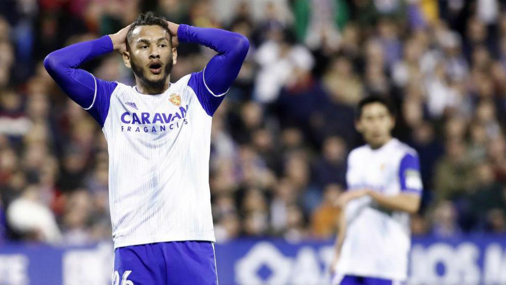 Luis Suárez se lamenta durante un partido.