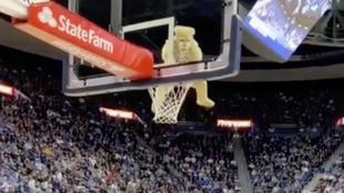Impresionante clavada en el baloncesto universitario.