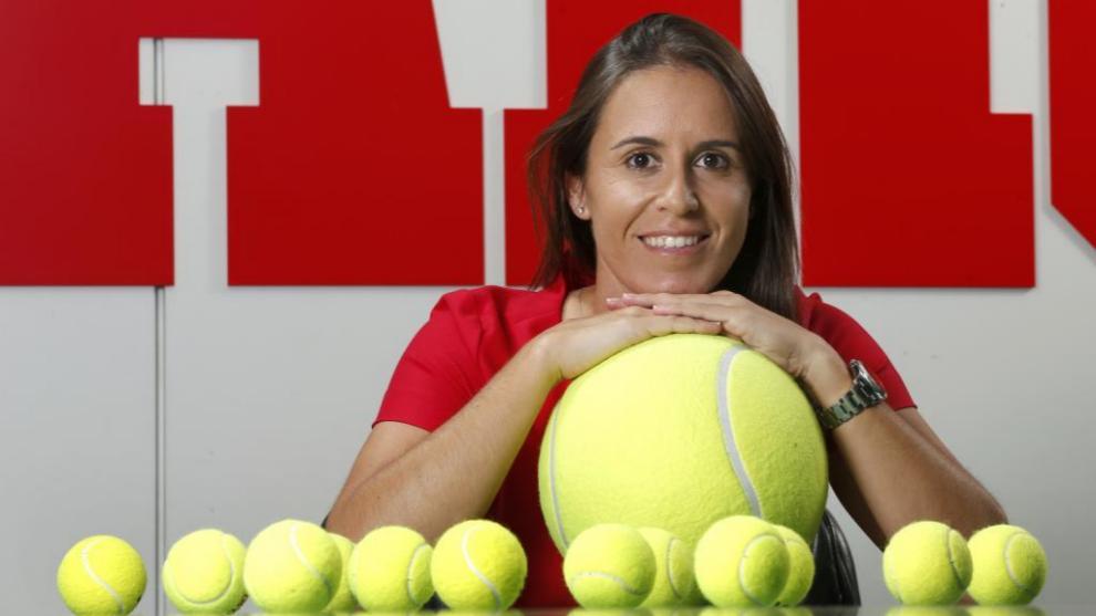 Anabel Medina posa junto a unas pelotas de tenis en la redacción de...