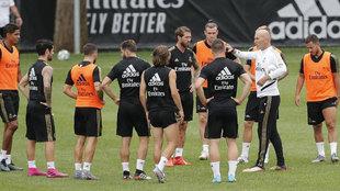 Zidane habla con sus jugadores en la pretemporada.