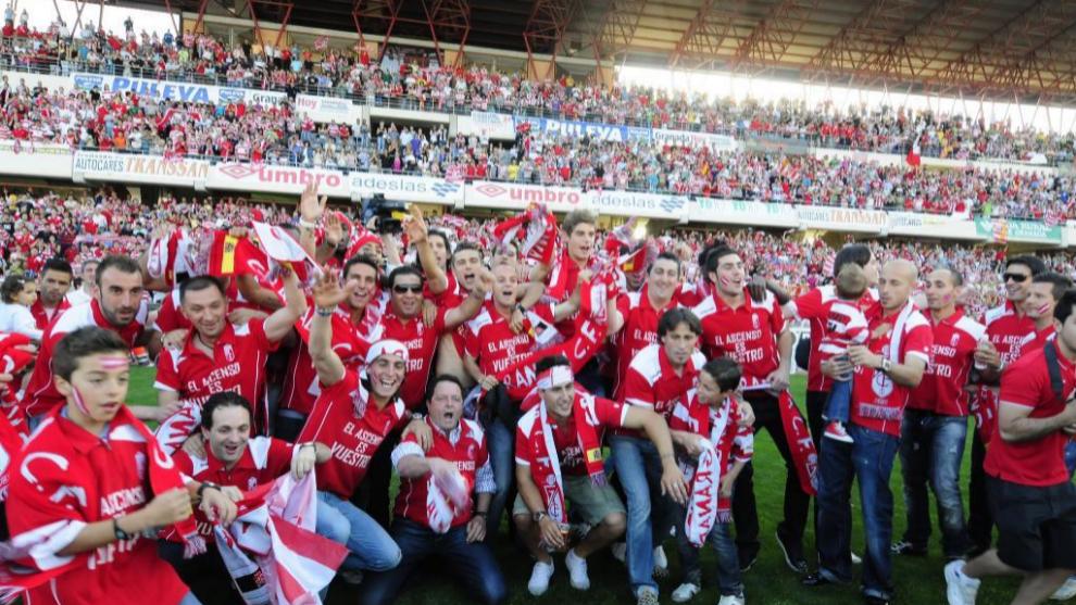 La plantilla celebra el ascenso a segunda división