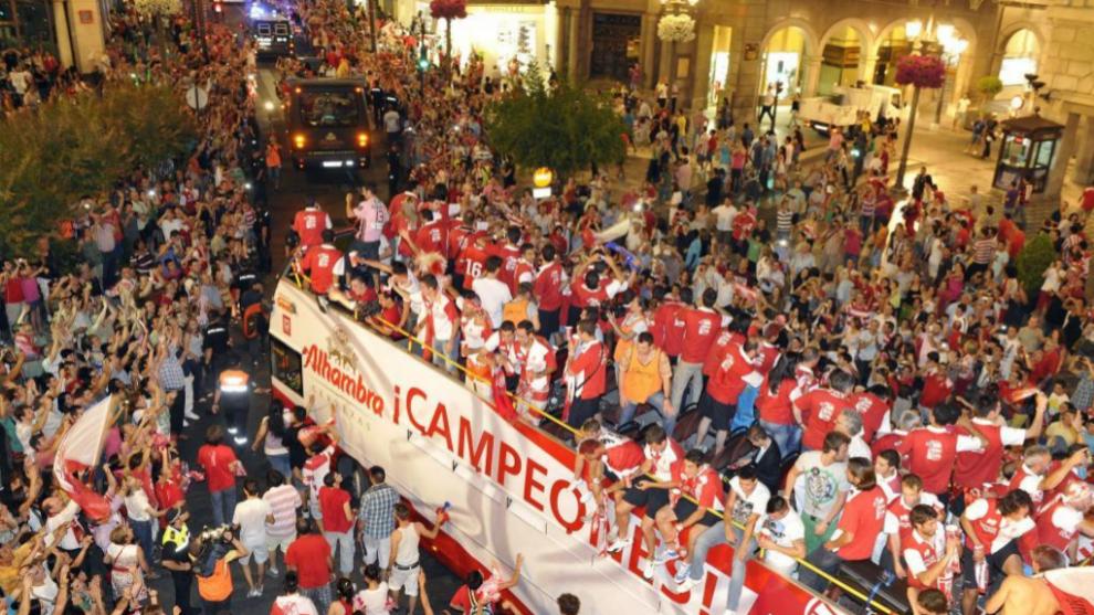 El Granada celebra el ascenso a Primera División por las calles de la ciudad
