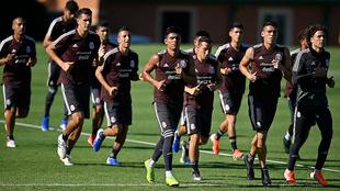 Los jugadores de la selección mexicana entrenando.