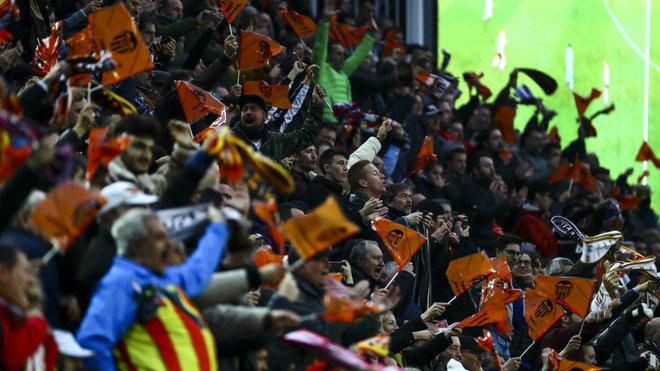 Afición del Valencia celebrando un gol en Mestalla.