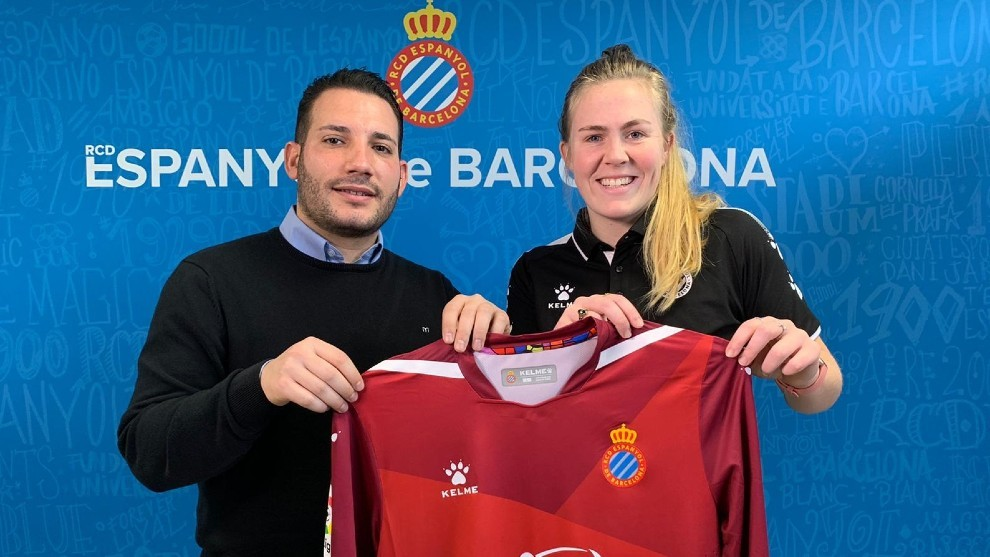 Kelsey Dossey posa con la camiseta del Espanyol