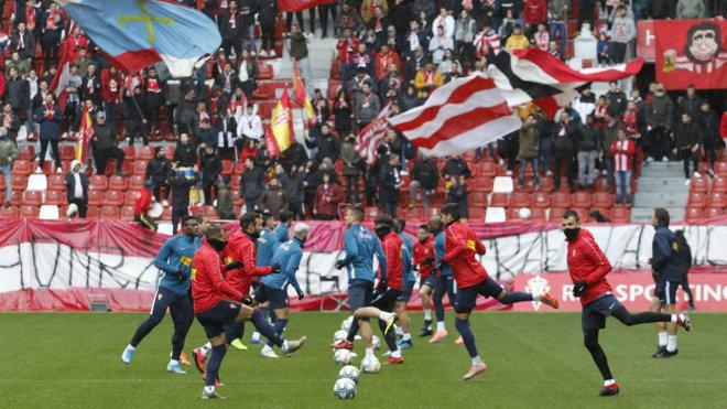 Los jugadores del Sporting entrenando en El Molinón con la hinchada...
