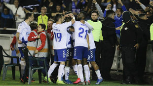 Los jugadores del Tenerife celebran un gol.