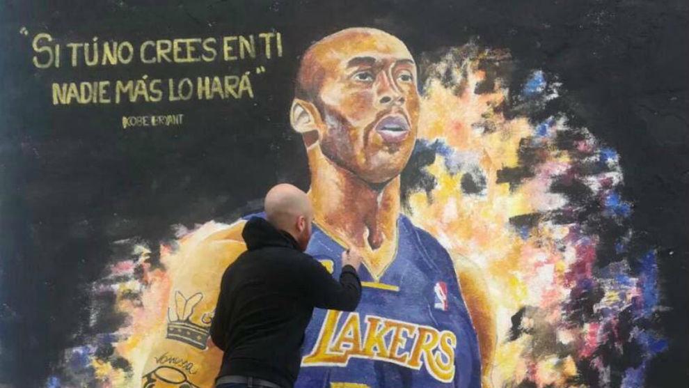 Francisco Borja Estela Prieto, mientras pintaba el mural homenaje a...