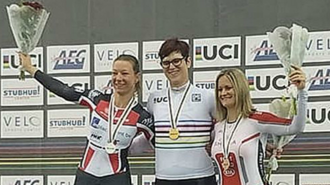La ciclista transgénero Rachel McKinnon, en el centro, en un podio...