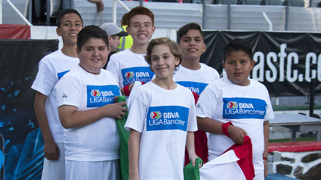 Niños antes del inicio de un partido en México.