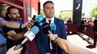 Manuel Franganillo atendiendo a los medios de comunicación