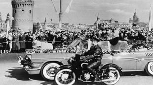 Foto histórica del desfile de Gagarin tras convertirse en el primer...