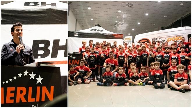 Carlos Coloma y los niños de la escuela de ciclismo.