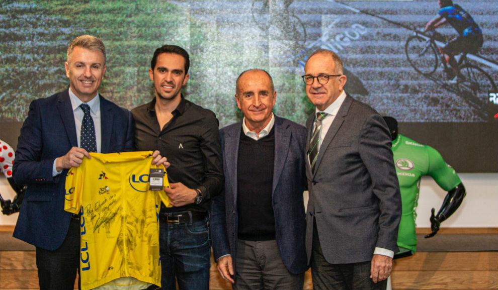 Alberto Contador, con el alcalde de Villanueva del Pardillo, Juan...
