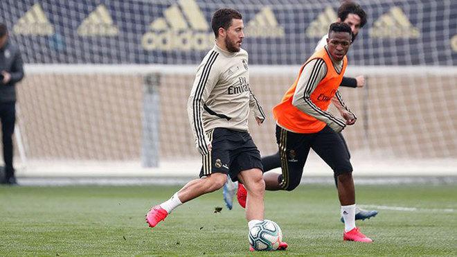 Eden Hazard y Vinícius, durante el entrenamiento.