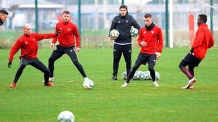 Andoni Iraola observa el entrenamiento de sus futbolistas.
