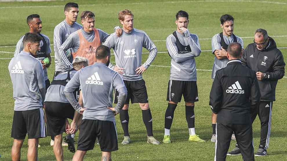 Álvaro Cervera, junto a sus jugadores en un entrenamiento de...